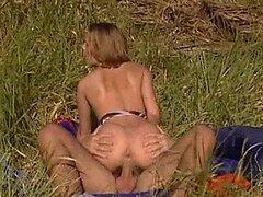 Rubia pecadora Petra corto obtiene su apretado coño follada al aire libre
