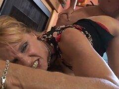 Preciosa rubia milf obtiene golpeó duro y profundo en su coño peludo