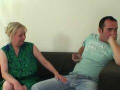 Ella lo encuentra follando a su madre