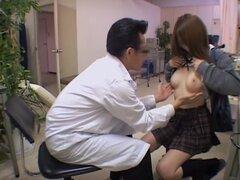 Digitación coño hardcore en caliente medical fetish video, Adorable japonesa bimbo decide hacerse su examen de coño y rápidamente vuelve a intro algunos hardcore digitación. Todos se puede ver en este video médico spy cam y es más emocionante.