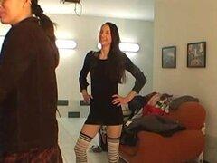 Sexy stripper da un show en backstage. Es obvio, que ella no es un principiante. Parece striptease es algo así como un hobby para esta chica. Se ve tranquilo y absolutamente caliente, cuando ella quita su ropa