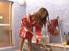 Ama de casa Asiatica muy putita y caliente es follada en el baño por su marido