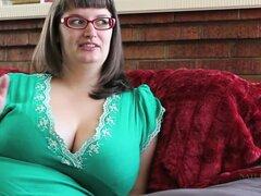 Perfecto BBW Betty frota su clítoris peludo en el sofá. Betty es una chica increíble, que le gusta hacer videos porno BBW. Esta otra muestra su jugando con su enorme rack y frotando a su twat.
