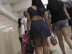 Upskirting chica caminando con su novia en shorts, Petite brunette presentado en el video arriba de la falda está caminando en algún lugar con su novia sin sospechas.
