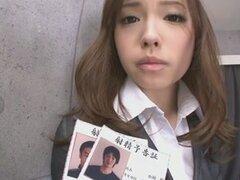 Oficina edad adolescente Aiko Hirose afeitado galletas con crema. Mostrar su cuerpo de adolescente de edad hawt dentro y fuera de su desgaste de la oficina, Aiko Hirose tiene su falda subió para arriba y muestra su manguito Calvo antes de babe se lo lleva