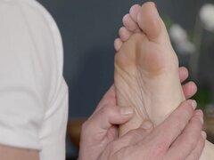 Morena obtiene a pies y el coño claro, masajes morena babe colocación en sala de masajes y hacer masaje en los pies luego masajista digitación su coño antes de follar le hasta el orgasmo