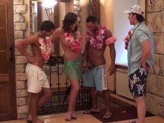sexo en grupo con la belleza en una fiesta hawaiana. Fiestas de disfraces son mucho más divertido que los regulares. Pensamos que sería increíble para lanzar una pequeña fiesta hawaiana en invierno. Causa que perdimos tanto los días de verano caliente. Po