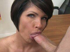 Maestra madura tetona consigue su boca llena de la bruja polla y esperma