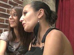 Juliana y Marlene gangbanged en un café