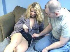 Hermosa rubia amateur compartido por dos chicos. Rubia amateur hermosa y algo cachonda obtiene compartida por dos hombres en este video de sexo amateur trío.
