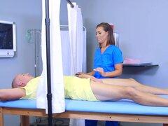 Caliente y pervertido enfermera bebé Kelsi Monroe paseos a Seans dick enorme, Sean va a obtener su tamaño de pene reducido porque su niña no puede tomar. Pero caliente y pervertido enfermera Kelsi debe probar primero que dick!