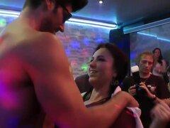 Chupando cfnm adolescente. Chupando cfnm asiática adolescente folla a strippers Big Dick en HD