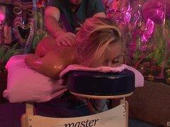 Babe sexy Nicole Aniston es curioso acerca de polla palpitante de un galán - Nicole Aniston