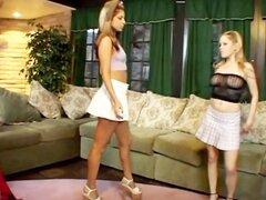 Mujer mayor seduce a las mujeres más jóvenes.