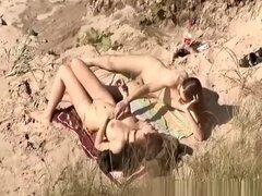 Mamada de nudistas en la playa, tio de pelo largo obtiene su largo pene aspirado y soplado de su chica de grandes tetas en la playa. Él huele a sus tetas, culo y los dedos su coño y ella le sopla en la arena.