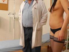 Juegos de chica en medias con su médico ginecólogo