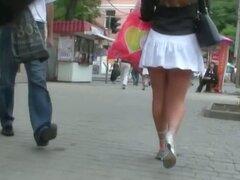 Video voyeur de una mujer en tacones y falda blanca