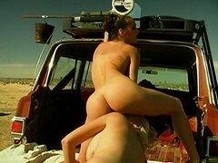 Gran show lésbico en un coche en el desierto
