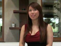 Asia chica con tetas grandes golpes en sofá