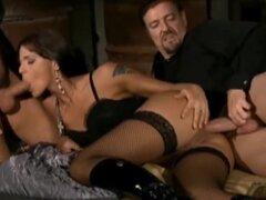Simony Diamond por dos becarios en almacén, escena de sexo fino de producción italiana. La pornstar húngara Simony Diamond protagoniza sexy tres-algún. Cautivante doble penetración y doble facial