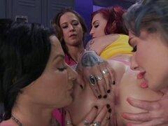 Grupo lesbianas follando anal en el vestuario. Después de la lucha libre femenina partido cuatro chicas lesbianas jugando, algunas de ellas con unas enormes tetas anales fisting y mutuamente con borde terminado en vestuario