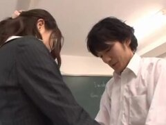 Haruka Sanada maestro asiático tiene una falda sexy apretada, Haruka Sanada es una MILF asiática caliente y sexy maestra. Ella muestra fotos upskirt mientras también mostrando sus sexy medias negras en sus piernas largas! Es en el aula y ella está posando