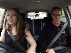 Trío de falso Driving School con la teen consentida en la máquina media naranja