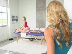 Dar a las mamás Bang Teen - Milf y teen sexy masaje en la espalda