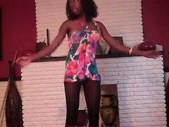 Linda chica negra se divierte bailando y mostrando lo que su c caderas