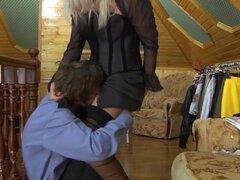 PantyhoseTales Video: Susanna y Robin, Check out Robin golpeando su coño pantimedias de su Rubio coño de chica de oficina húmedo dulce del Secretario Susanna todo la oficina planta alta sala de estar. Ella no creía que podía manejar el perno caliente ofic
