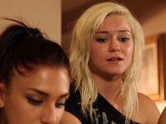 Pussylicked lesbiana peluda por Linda teen. Lesbianas peludas obtiene su coño lamido por su linda novia