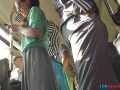 Pública upskirt video sorprenderá con hermosa gal, escena de upskirt de transporte público presenta morena melocotón con excelente culo flaco cubierto con bragas clásico aburridos.