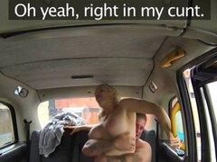 El tipo musculoso golpea tetas grandes rubia en taxi. British rubia mujer falsa taxista pide guapo hombre musculoso a chupar su polla para un paseo libre y pronto golpea su cuerpo seyx con enormes tetas falsas en lugar público tranquilo