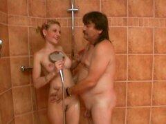Pigtailed puta rubia disfruta saltando sobre una polla en la ducha