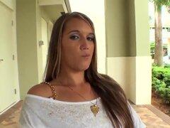 Encantadora a chica latina Nikki Stone habla al hombre detrás de la cámara antes de que tiras hacia abajo a sus bragas tanga luce su impresionante culo de burbuja! La sexy chica assed desnuda sus jarras naturales encantadoras!