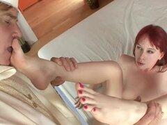 Sexy footjob con increíble Zoey Nixon. Mientras ella lo sacudió de él le dio el dedo el culo y tocó sus tetas