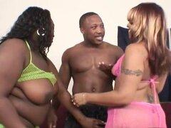 Negro flequillo a babes gueto enorme, chico negro follando a dos reinas gordas enorme de la ghetto y corridas en la boca