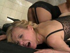 Escena lesbiana sucia con elementos fetiche con vieja puta madura Cindy Hope con peludas vagina maloliente y joven pornstar hermosa Lili, que se ve muy bien! Disfruta de este video viejo-joven!