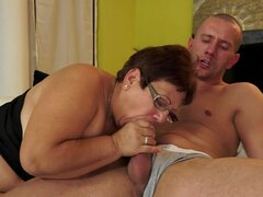 Abuela gordita con gafas da una increíble mamada
