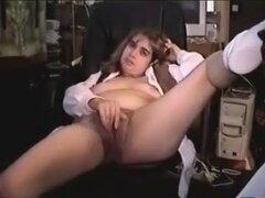 Esposa extiende a su twat peluda, el castor peludo de mi joven esposa rubia se ve muy bonito y a menudo extiende para tease me. En este video de masturbación de coño peludo casero puedes ver esta belleza dio a conocer.