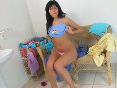 Morena muy 1, Olivia Brown, hace un pequeño striptease, mostrando sus tetas perky