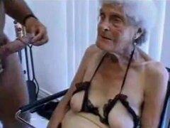 Fea vieja abuelita se folla