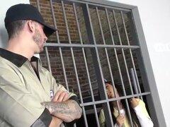 Priya Price ébano disfruta de trío en la cárcel. Ebano tetona Priya Price consigue su gatito golpeado por guardias de la prisión