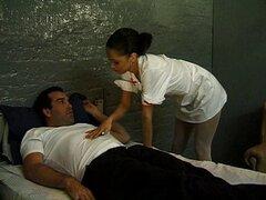 Enfermera sexy me da su tratamiento especial