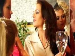 Fiesta orgia de Chicas meando con barman