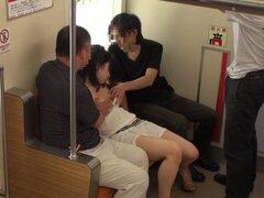 Maho Ichikawa muestra sus habilidades mamando polla en un autobus