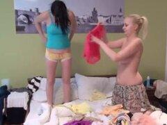 Lesbianas después de la ducha la primera vez que Best buddies durmiendo juntos