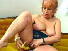 Abuela se masturba con un plátano. La abuela Chubby insterts un plátano en su coño peludo