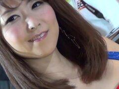 Reina de raza asiática joven en minifalda demasiado corta en problemas al ocultar su tanga!