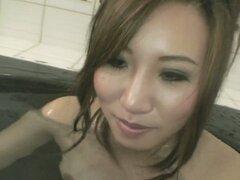 Desnuda caliente japonés girlie Chisa Hirahara quiere bañarse junto con usted